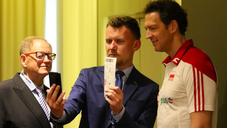 Trener polskiej reprezentacji Stéphane Antiga testuje działanie aplikacji Aure